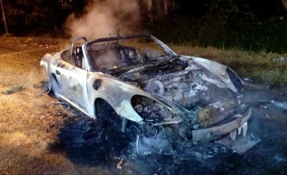 Sebuah Porsche yang tidak bertuan ditemui terbakar