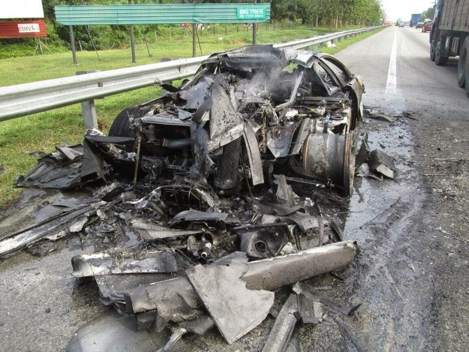 Lamborghini Aventador hangus namun pemandu dan penumpang selamat.