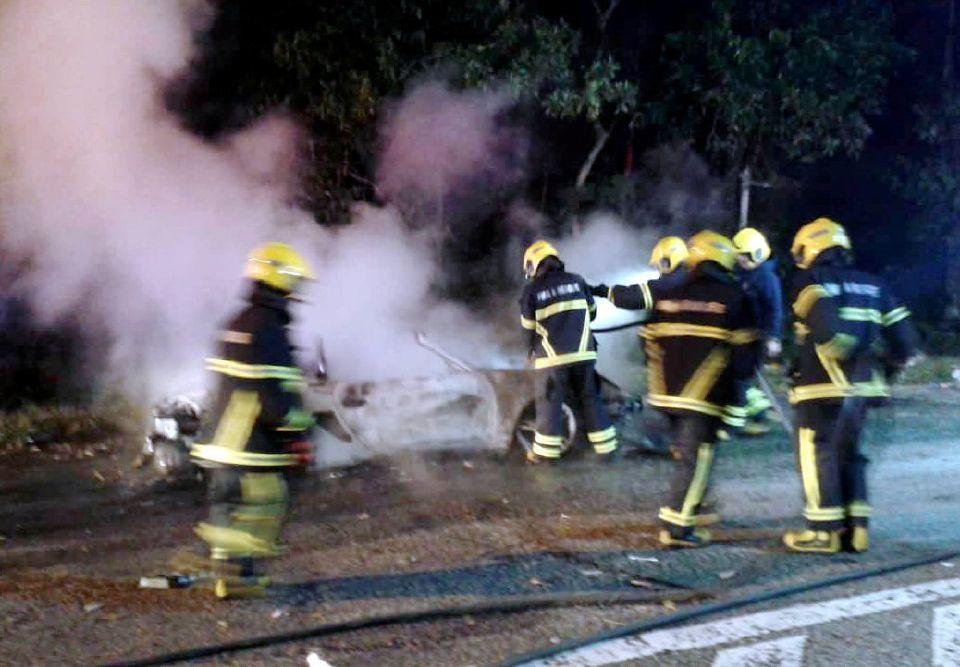 anggota bomba bertungkus lumus memadamkan api pada kereta mewah tersebut