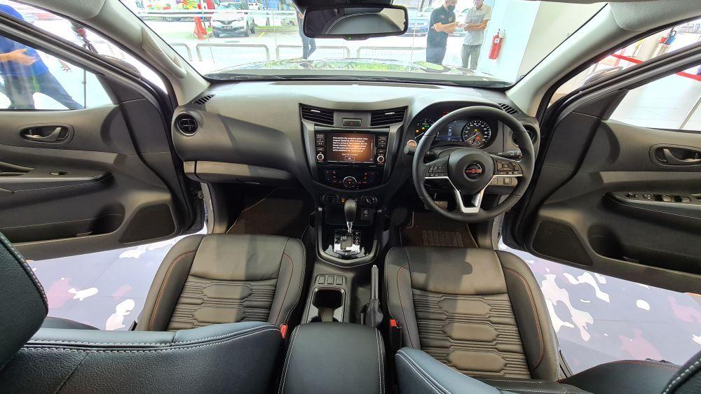 Nissan Navara Pro-4X front cabin