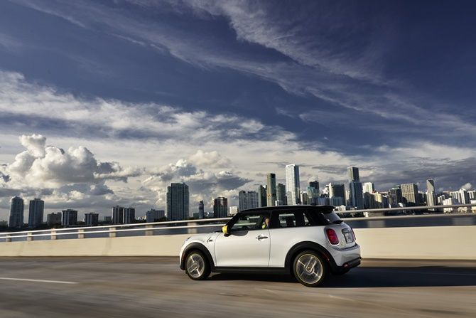 First Drive MINI Cooper SE Realistic Electric Mobility Side Moving
