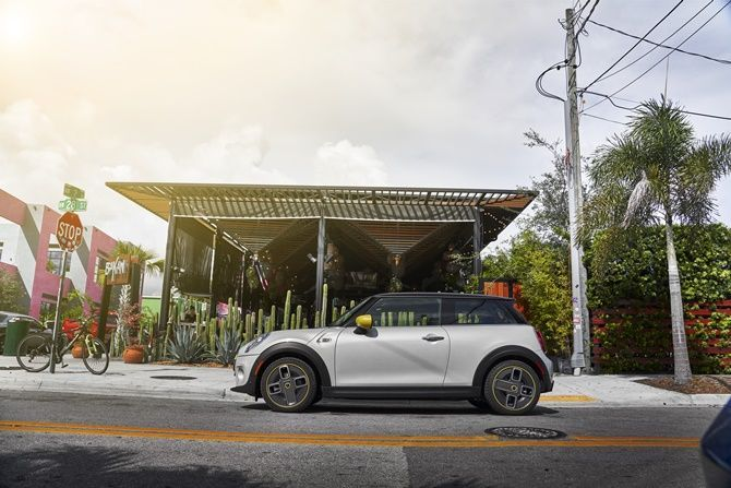 First Drive MINI Cooper SE Realistic Electric Mobility Side Profile
