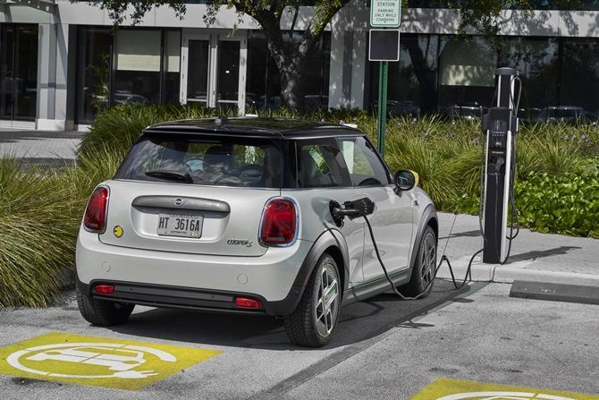 First Drive MINI Cooper SE Realistic Electric Mobility Charging