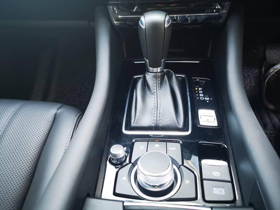 2020 Mazda 6 2.5L centre console