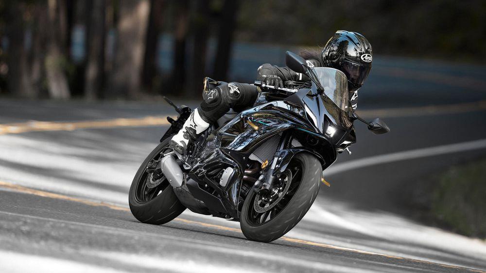 Yamaha R7 2022 Black Riding