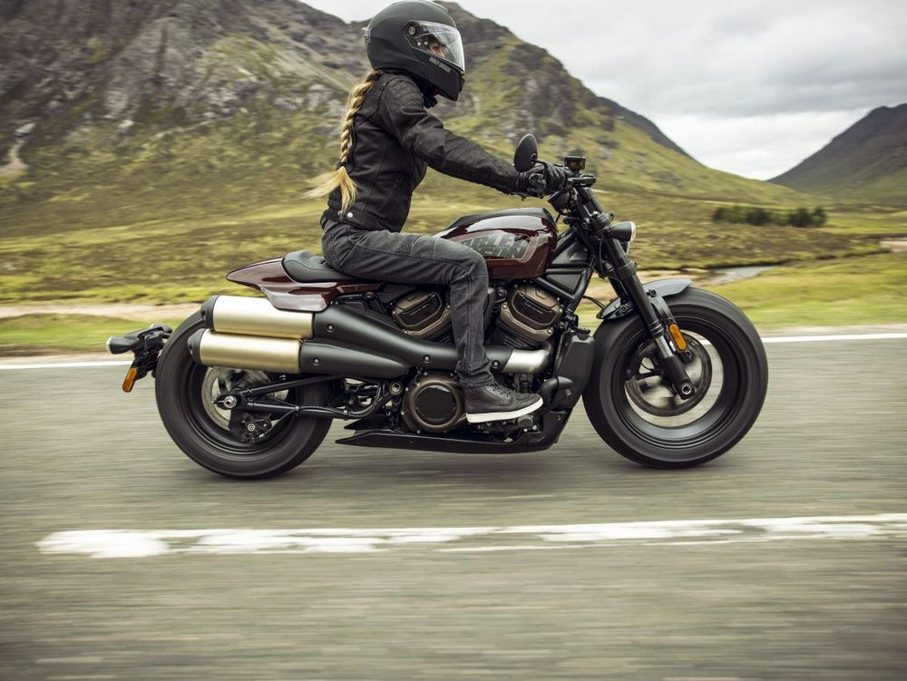 Harley-DavidsonSportster® S Midnight Crimson Riding