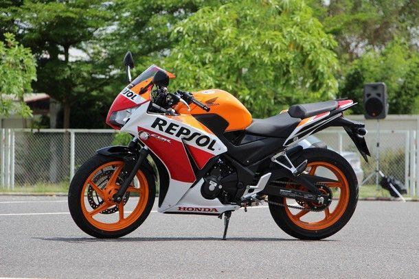 2014-Honda-CBR300R139