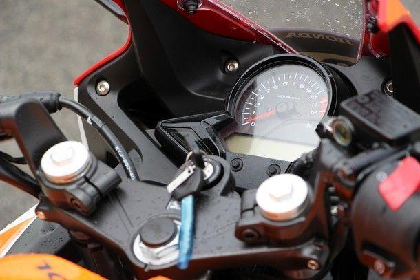 2014-Honda-CBR300R43