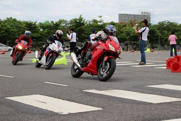 2014-Honda-CBR300R57
