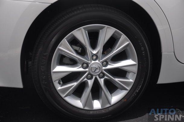 2014-Lexus-ES300h-GroupTest_38