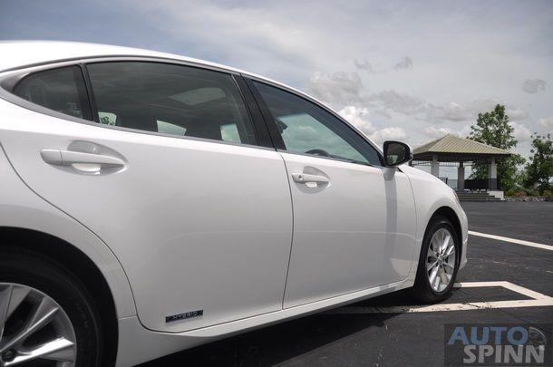2014-Lexus-ES300h-GroupTest_40