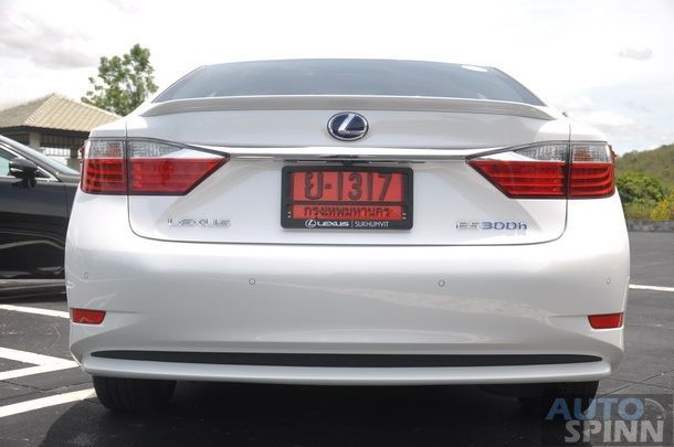 2014-Lexus-ES300h-GroupTest_44