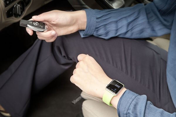 https://img.icarcdn.com/autospinn/body/2015-MercedesAppleWatch-05.jpg
