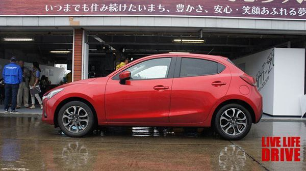 https://img.icarcdn.com/autospinn/body/2015-mazda-2-test-drive-in-japan-3.jpg