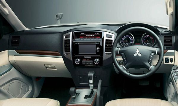 https://img.icarcdn.com/autospinn/body/2015-mitsubishi-pajero-facelift-unveiled-in-japan-2.jpg