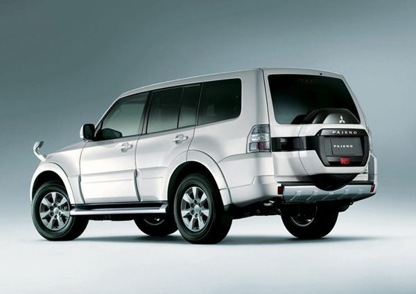 https://img.icarcdn.com/autospinn/body/2015-mitsubishi-pajero-facelift-unveiled-in-japan-3.jpg
