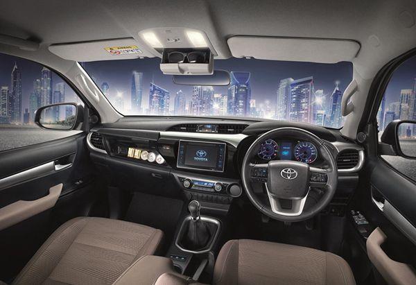 https://img.icarcdn.com/autospinn/body/2015_05_21_Toyota_Hilux_Revo_PreRunner5.jpg