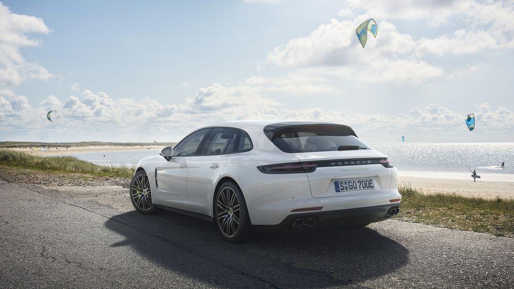 https://img.icarcdn.com/autospinn/body/580976ab-porsche-panamera-turbo-s-e-hybrid-sport-turismo-6.jpg