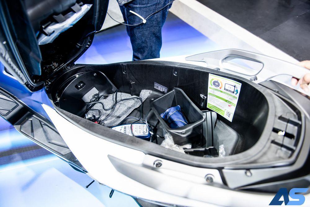 ช่องเก็บของใต้เบาะขนาดใหญ่ Honda Forza 350