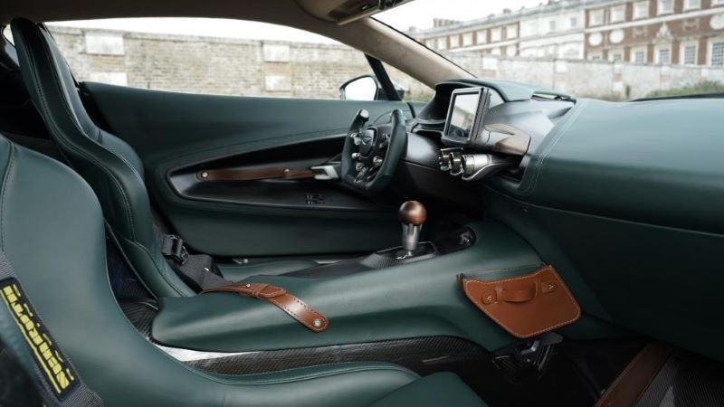 ห้องโดยสาร Aston Martin Victor