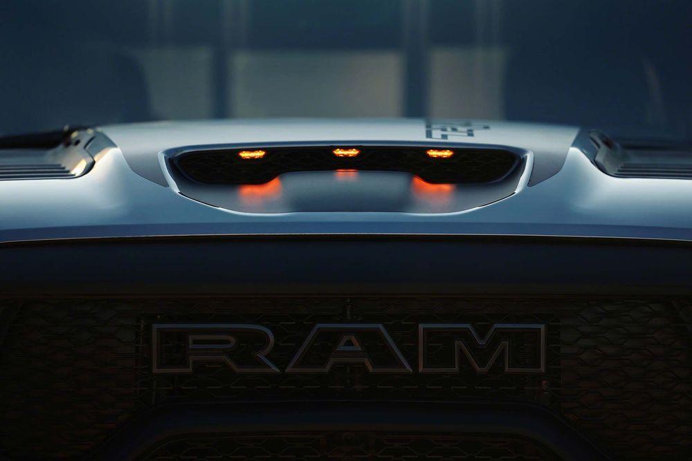 ท่อไอเสียคู่ ไฟ LED และโลโก้ RAM