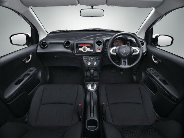https://img.icarcdn.com/autospinn/body/Honda-BrioAmaze-console_resize.jpg