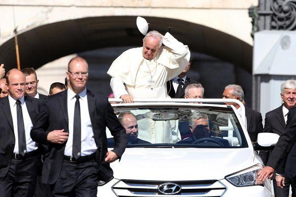 https://img.icarcdn.com/autospinn/body/Hyundai-Santa-Fe-Convertible-Popemobile-1.jpg