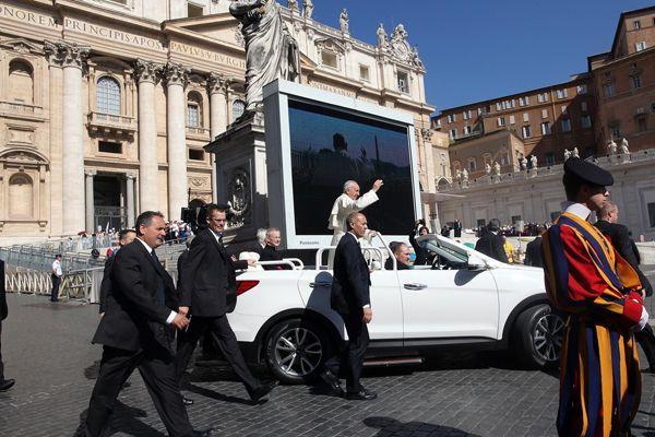 https://img.icarcdn.com/autospinn/body/Hyundai-Santa-Fe-Convertible-Popemobile-3.jpg