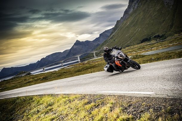 KTM 1290 SUPER ADVENTURE S_Action 01