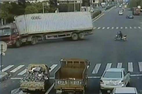 อีกหนึ่งความเสี่ยงที่ต้องระวัง! คลิปรถบรรทุกตู้คอนเทนเนอร์ เทกระจาดที่เมืองจีน