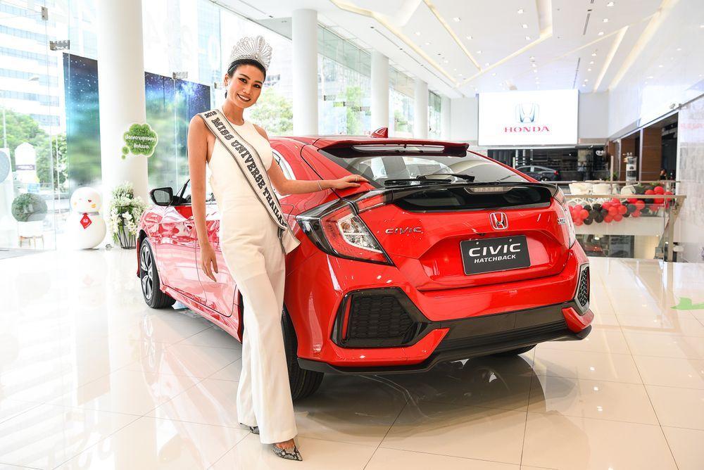 """ฮอนด้า แสดงความยินดีกับ """"นิ้ง โศภิดา"""" มิสยูนิเวิร์สไทยแลนด์ 2018  มอบรางวัลรถยนต์ ฮอนด้า ซีวิค แฮทช์แบ็ก สีแดงแรลลี่"""