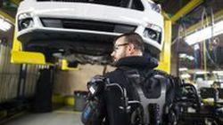 เบาแรงและปลอดภัยมากยิ่งขึ้น คนงานจากโรงงานฟอร์ดสวมชุด Eksovest เพิ่มสมรรถนะในการทำงาน