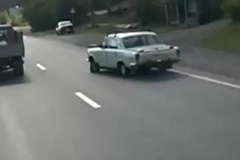เรื่องนี้ถึงครูอังคณาแน่! Volga รุ่นเก่า แล่นบนถนนในรัสเซียด้วยล้อแบนๆ 3 ล้อ!