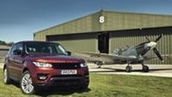 2014 Range Rover Sport ท้าดวลความเร็วกับเครื่องบินคลาสสิก Spitfire (ชมคลิป)