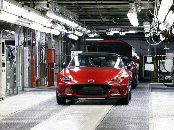 ประหยัดและเร้าใจ 2016 Mazda MX-5 รุ่นเกียร์ธรรมดา กินน้ำมันน้อยกว่าเดิม 25%