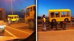 4 หนุ่มรัสเซียสุดเกรียน ปลอมตัวเป็นรถบัสเพื่อข้ามสะพานกลางถนน