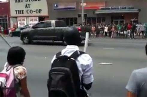 ต่อหน้าต่อตา! นักศึกษาเล่นสนุกข้างถนนในมหาวิทยาลัย ทะลึ่งวิ่งลงถนน ถูกรถบัสชนกระเด็น