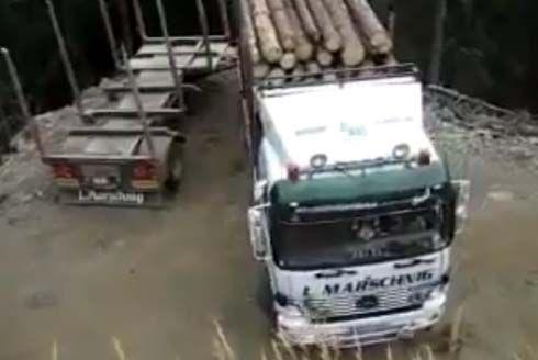 เสี่ยงแบบนี้คงไม่มีให้เห็นอีก! รถบรรทุกกลับลำ 180 องศา บนหน้าผาสูงชัน