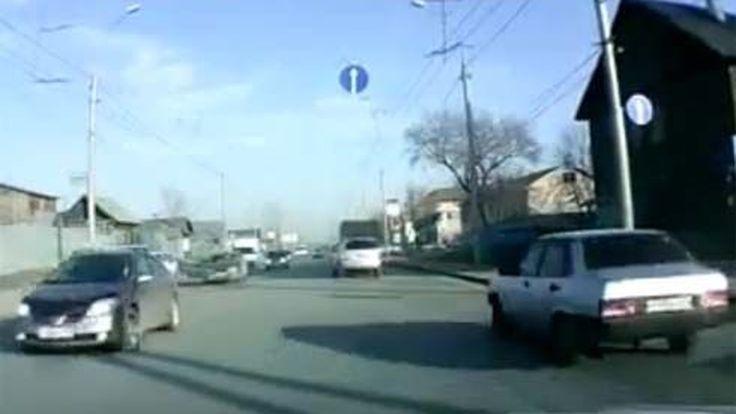 ห่างแค่ไม่กี่นิ้วก็ชน! ข้ามถนนไม่มองซ้ายมองขวาให้ดี เกือบโดนรถพยาบาลซัดเต็มๆ