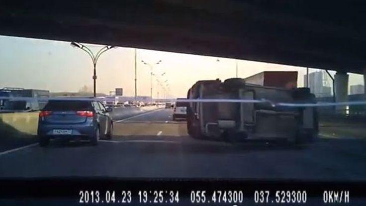 เฉียดฉิว! รถคว่ำต่อหน้าต่อตา ลอยผ่านหน้าแบบเส้นยาแดงผ่าแปด (ชมคลิป)