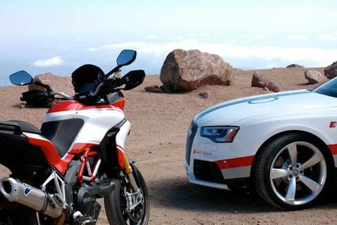 Audi RS5 และ Ducati Multistrada 1200S โชว์สมรรถนะ หลังปิดดีลธุรกิจ
