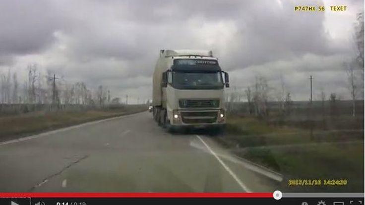 จะหลบหลุมหรือสิบล้อ? คลิปนาทีชีวิตบนถนนในรัสเซีย