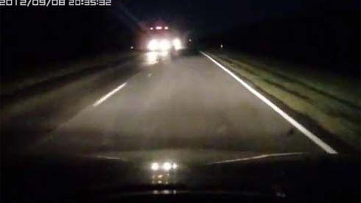 เส้นยาแดงผ่าแปด! ขับรถมาด้วยความเร็วสูงในความมืด อยู่ๆก็เจอคนยืนบนถนน
