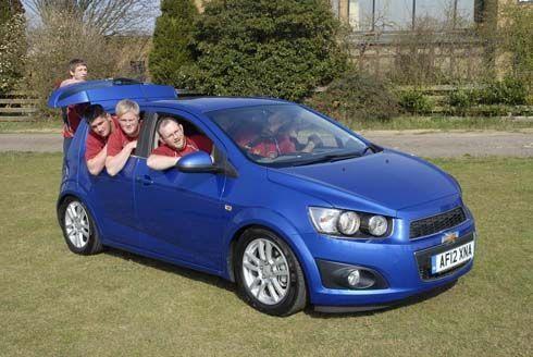 ทึ่ง! Chevrolet Sonic จุนักรักบี้ได้ 11 คน พิสูจน์แล้วในการแข่งขันสุดแปลกที่อังกฤษ