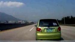แค่สะกิด ทำ Daewoo Matiz หมุนเคว้ง ก่อนพลิกคว่ำกลางทางด่วนในเกาหลีใต้
