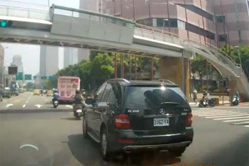 ได้แรงบันดาลใจ? หนุ่มจีนวิ่งไปบนถนน หวังสร้างสถานการณ์เรียกค่าเสียหาย