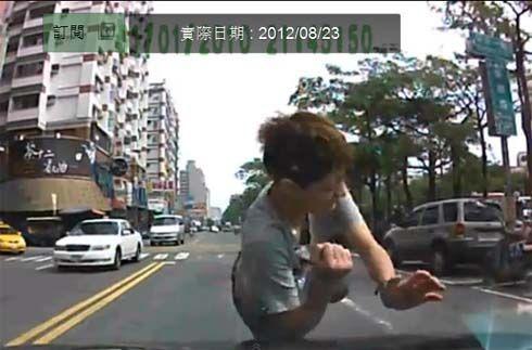 หากินกันง่ายๆในจีน วิ่งเข้าไปชนรถเพื่อเรียกค่าเสียหาย แต่ถูกจับได้โดยกล้อง