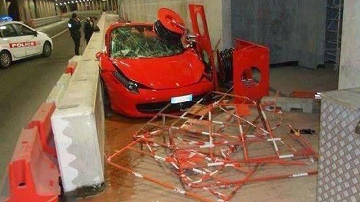 Ferrari 458 Italia ชนพังยับในอุโมงค์ ก่อนจบลงบนฟุตบาท