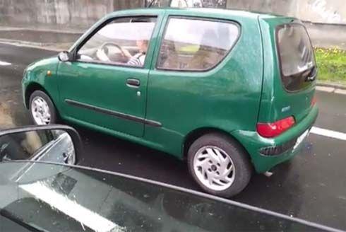 อะไรจะเกิดขึ้น เมื่อป้าเจ้าของ Fiat Cinquecento ลืมปลดเบรคมือก่อนขับรถ?!