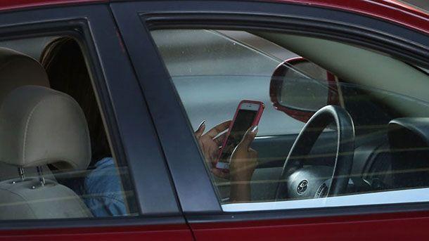 """ฝรั่งเศสออกกฎหมาย """"ห้ามใช้สมาร์ทโฟน"""" แม้รถจะจอดนิ่ง"""